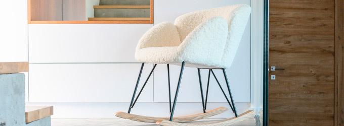 Rocking chair en tissu ou effet laine bouclee