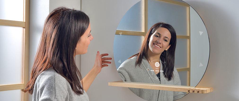 Miroir rond connecté design avec étagère en chêne EKKO